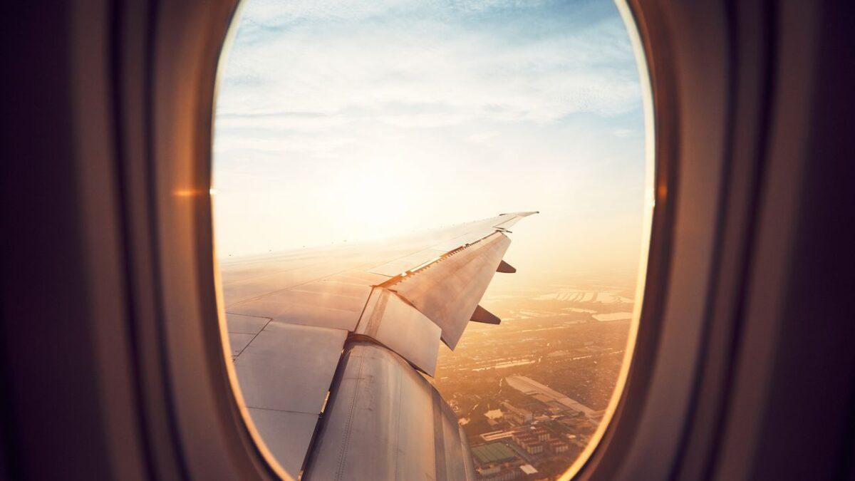 Mensen die bij het raam zitten in een vliegtuig zijn egoïstischer!