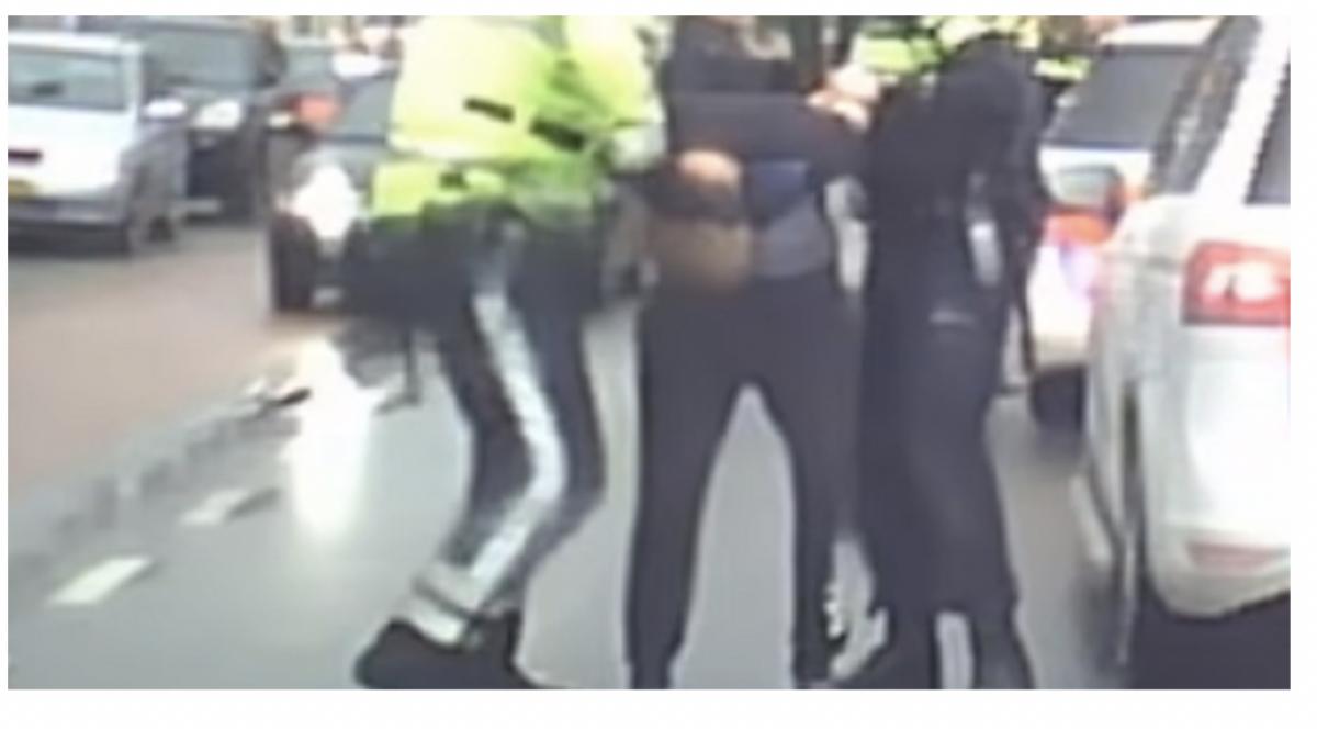 Meisje (15) maakt foto van Tilburgse bushalterukker, politie rekent hem snel in