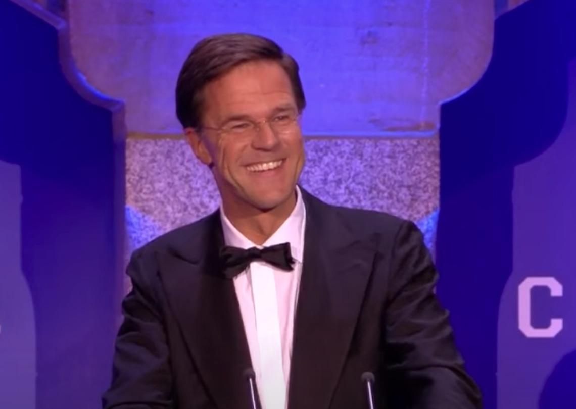 """Mark Rutte belaagd door boze vrouwen in Groningen: """"Oprotten!"""""""